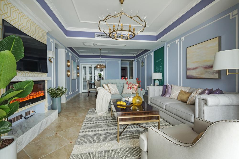蓝白护墙板设计优雅大气,加上艺术吊灯的烘托,室内充满惬意与浪漫。
