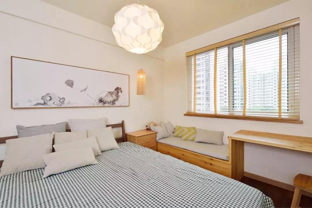 主卧打造了飘窗,在其小憩亦可观景,舒适自然。暖色的吊灯,衬托出沉稳大方的格调。