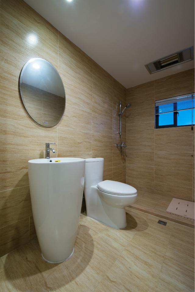 整个卫生间采用了原木色瓷砖设计,原木田园魅力进行到底。