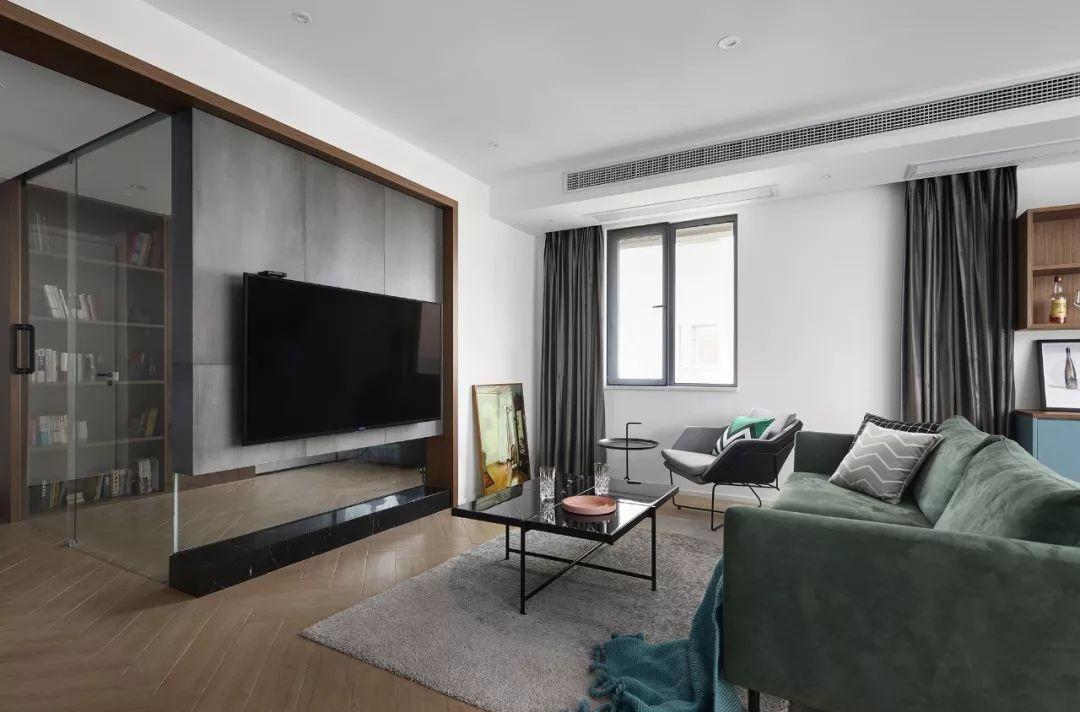 客厅简洁大方,绿色丝绒沙发与线条简单的铁艺家具,形成优雅的风格。