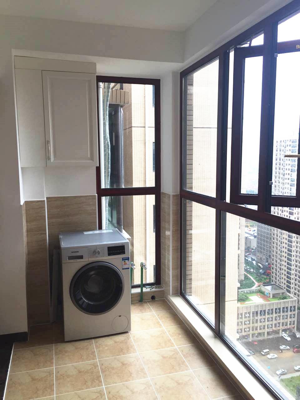 客厅一侧是干净整洁的多功能阳台,可用来洗衣晾晒。