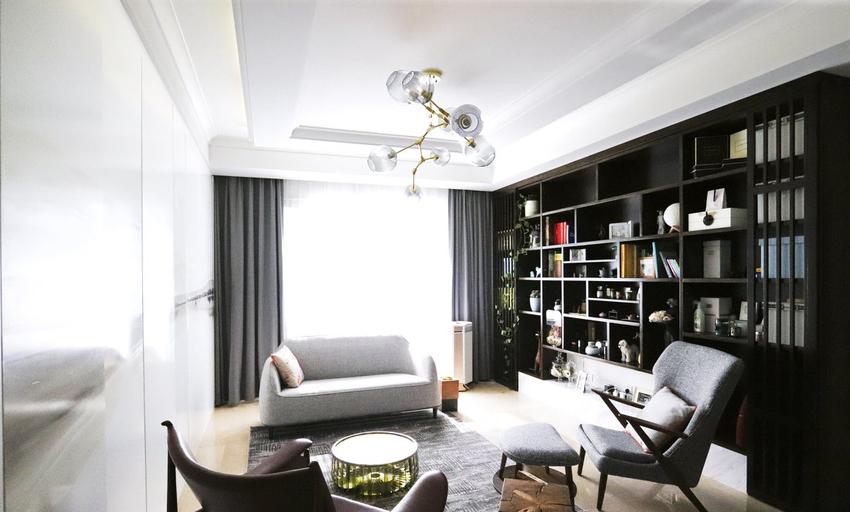 展示柜兼书柜是量身定制设计,将客人原有的一些精美物品,一一做了规划,有了自己的专属展示空间。