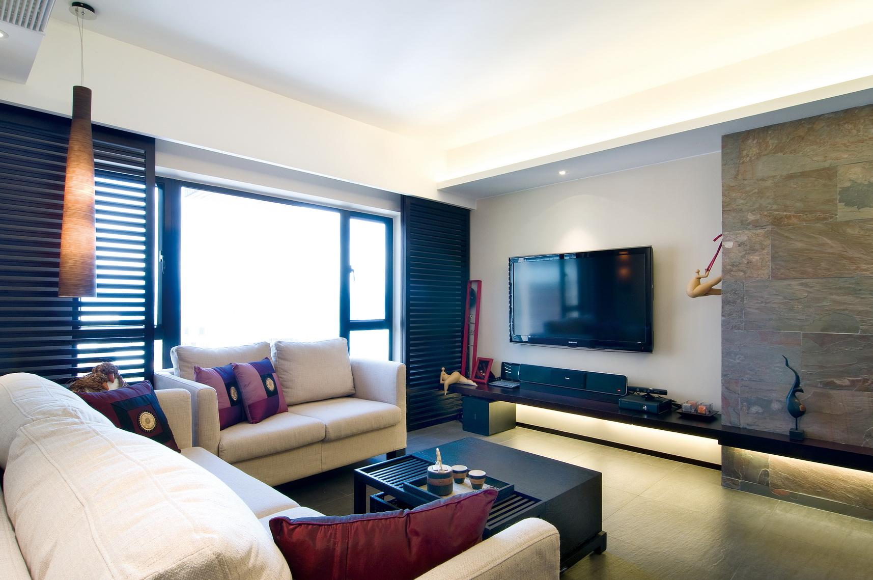 客厅整个的以黑白的经典搭配为主,洁净雅致之中又不是大方之感。