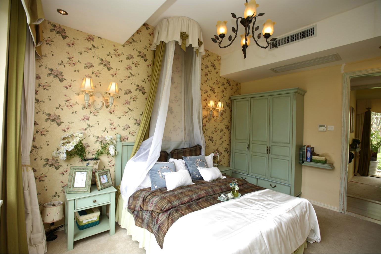卧室由最简单的双人床搭配黄色布艺,一切只为保留了充分的想象空间,感受旅行时带来的自由和舒畅