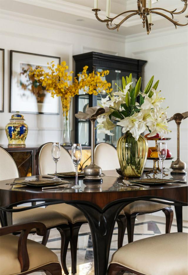 唯有美食不可辜负。餐厅纯实木家具衬托出高贵,用白、黄植物加以点缀,更显雅致。