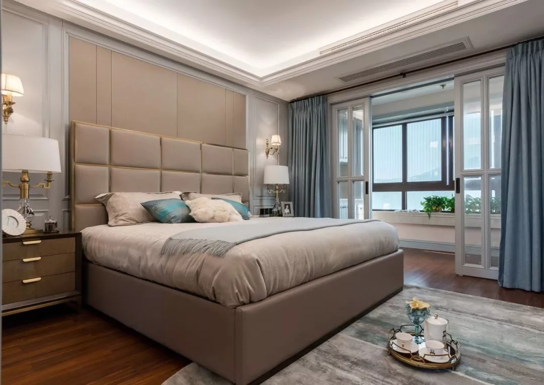 卧室给人满满的温馨感,白色方框推拉门既将卧室与阳台巧妙隔离,又不会阻碍光线的摄入。