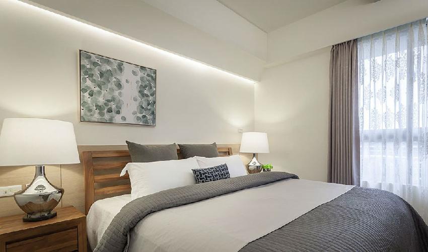 藉由导弧边手法,和半高的木作设计,巧妙化解床头压梁的问题。