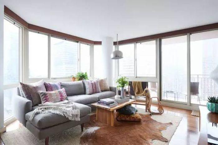 客厅整个被落地窗包围,日光从三面洒进屋,让小小的空间格外亮堂。