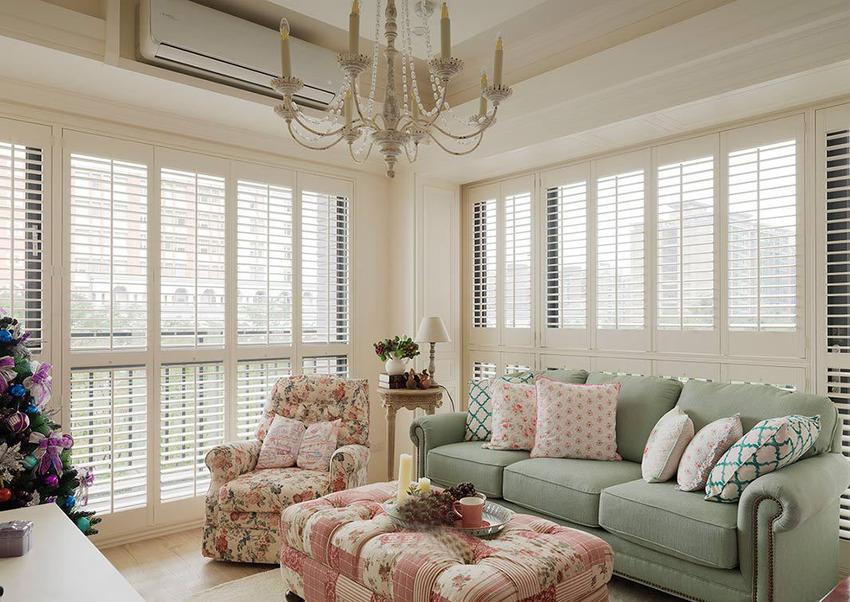位于角窗的本案拥有来自两个面向的充裕光照,明亮光谱中,摩登雅舍选用大型柔软椅凳。