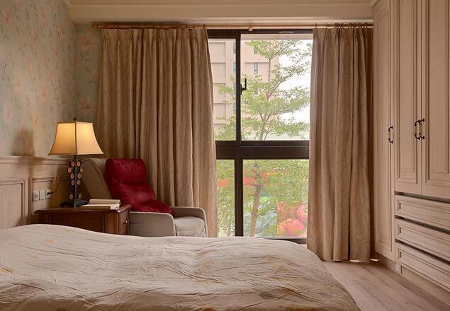 花卉壁纸铺陈壁面、大地色系调和满室温润,随窗外绿意映照下,完成生动的自然意境。