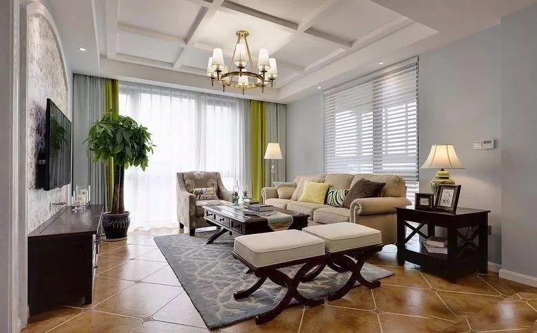客厅两面临窗,具有更加明亮的空间感,搭配上美式格调的家居软装,显得格外的优雅高档。