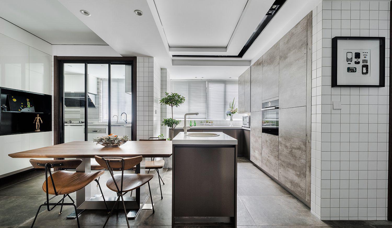 客厅柔软的外型,别于一般方型餐桌,让空间少了压迫感。
