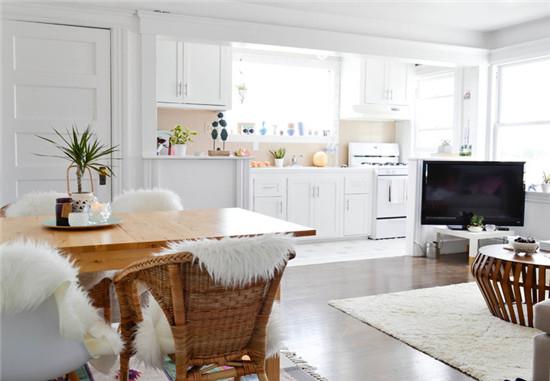 厨房与客厅采用流行的开放式隔断设计,风格统一,视觉色系和光感相近。