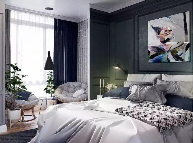 设计师大胆选用了墨绿色的背景墙搭配黑色小吊灯,和卧室寡淡的浅白色基调两相碰撞,形成剧烈的冲击。
