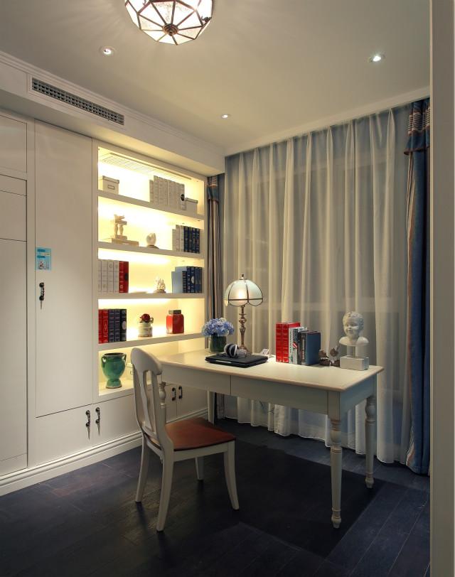 书房设计整体以白色为主调,简洁舒适。宽大的落地窗让整个室内光线十足。