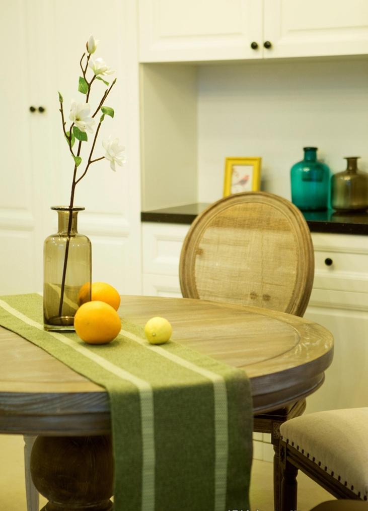 质朴的木质纹理桌面,充满大自然的气息,让人与自然亲密接触。