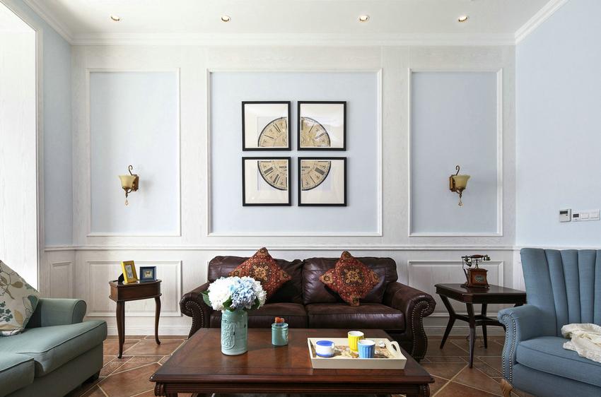 背景墙讲究对称设计,以浅蓝色刷墙,配合略显复古的沙发、茶几、营造休闲放松的氛围。