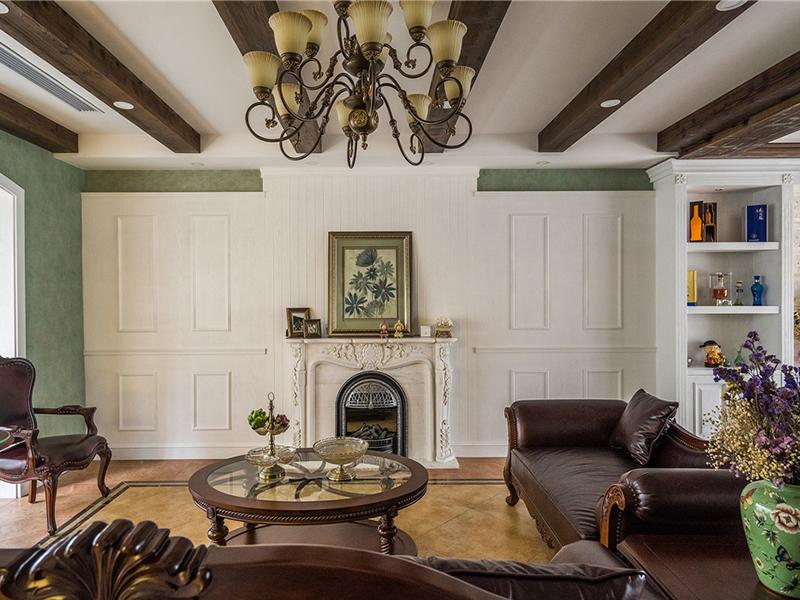 质朴的深咖色家具与淡雅的浅绿壁纸浓淡相宜,使居室充满悠闲、舒畅、自然的田园生活情趣。