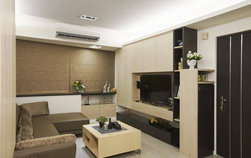 为修饰公寓格局先天的大斜面,将斜面拉平规划,浅短处作为展示柜,较深的地方则作为收纳柜。