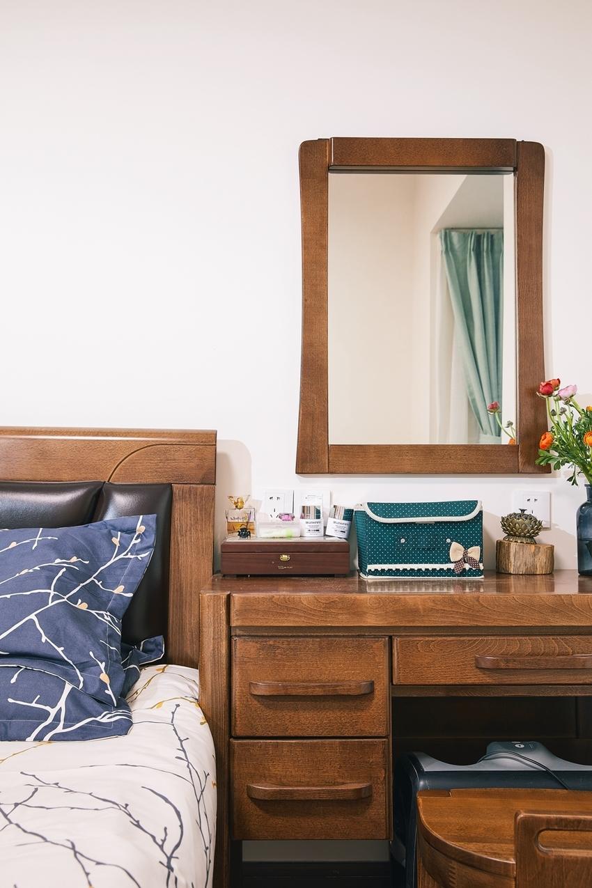 厚重的卧室家具,带着复古的味道,一束橘红的花朵,不会忘记装饰这久远的美。