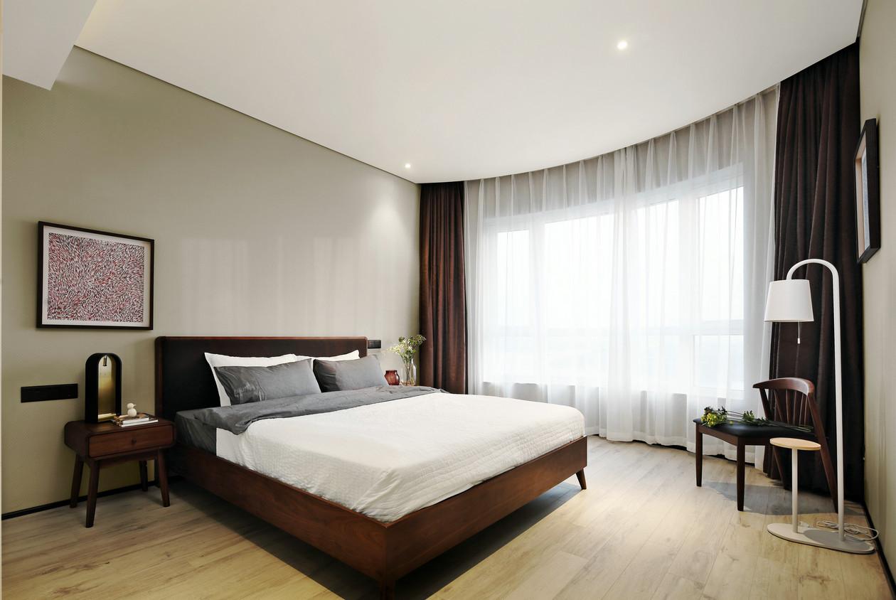 温馨的壁纸再搭配上高档的橡胶木床、床头柜,有着中庸文化为底蕴,用美式的设计手法进行重新诠释