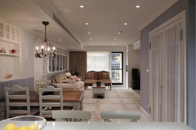 客厅空间很大,能够让自然光最大限度的流入室内,通透敞亮,白色的纱帘与深色遮光帘营造出了不一样的氛围。