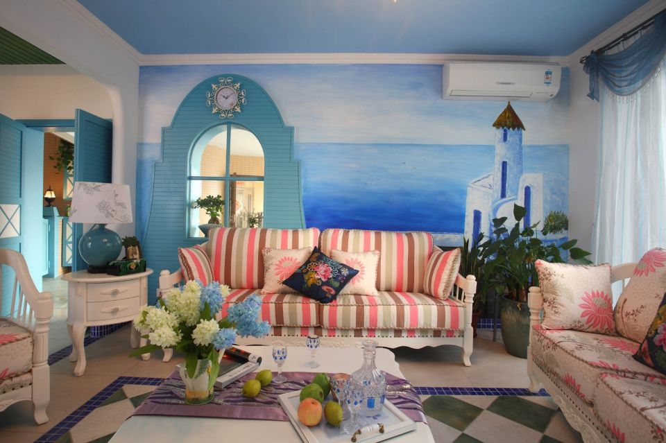 客厅充满了浓浓的地中海风情,大面积蓝色墙面,碎花布衣沙发,诠释人们对蓝天白云,对自然的渴望。