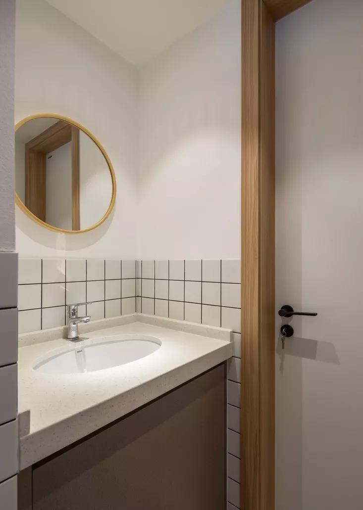 卫生间墙面铺设方形小白转,黑色缝隙的点缀让整个空间不会显得过于单调。