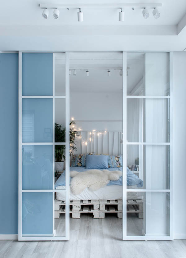 卧室的床板利用的是栈板,床头则用灯串装饰,充满温馨氛围。