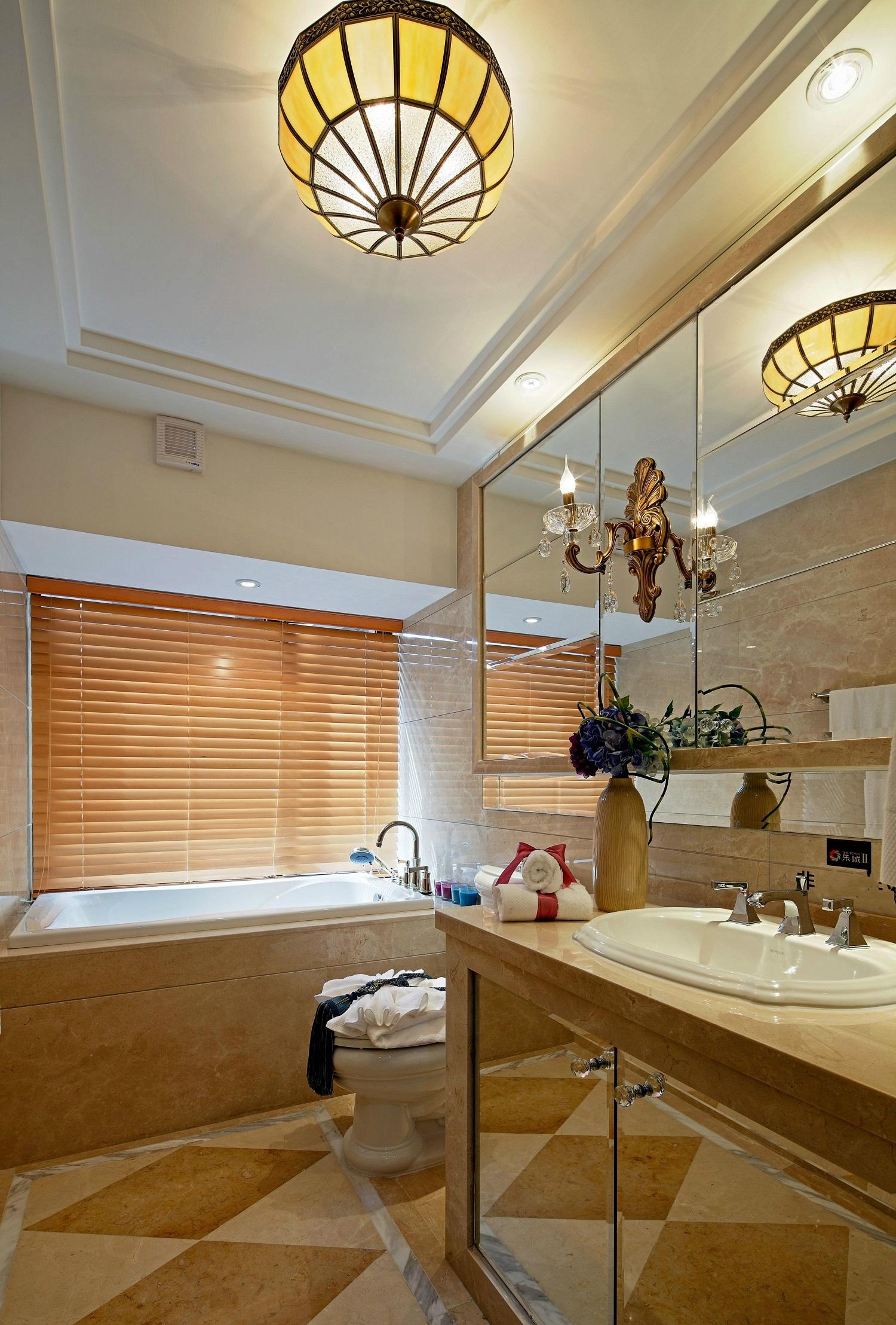 卫生间放进了女主人最爱的浴缸,泡一个舒适的澡澡沐浴在阳光下,尽显温馨感。