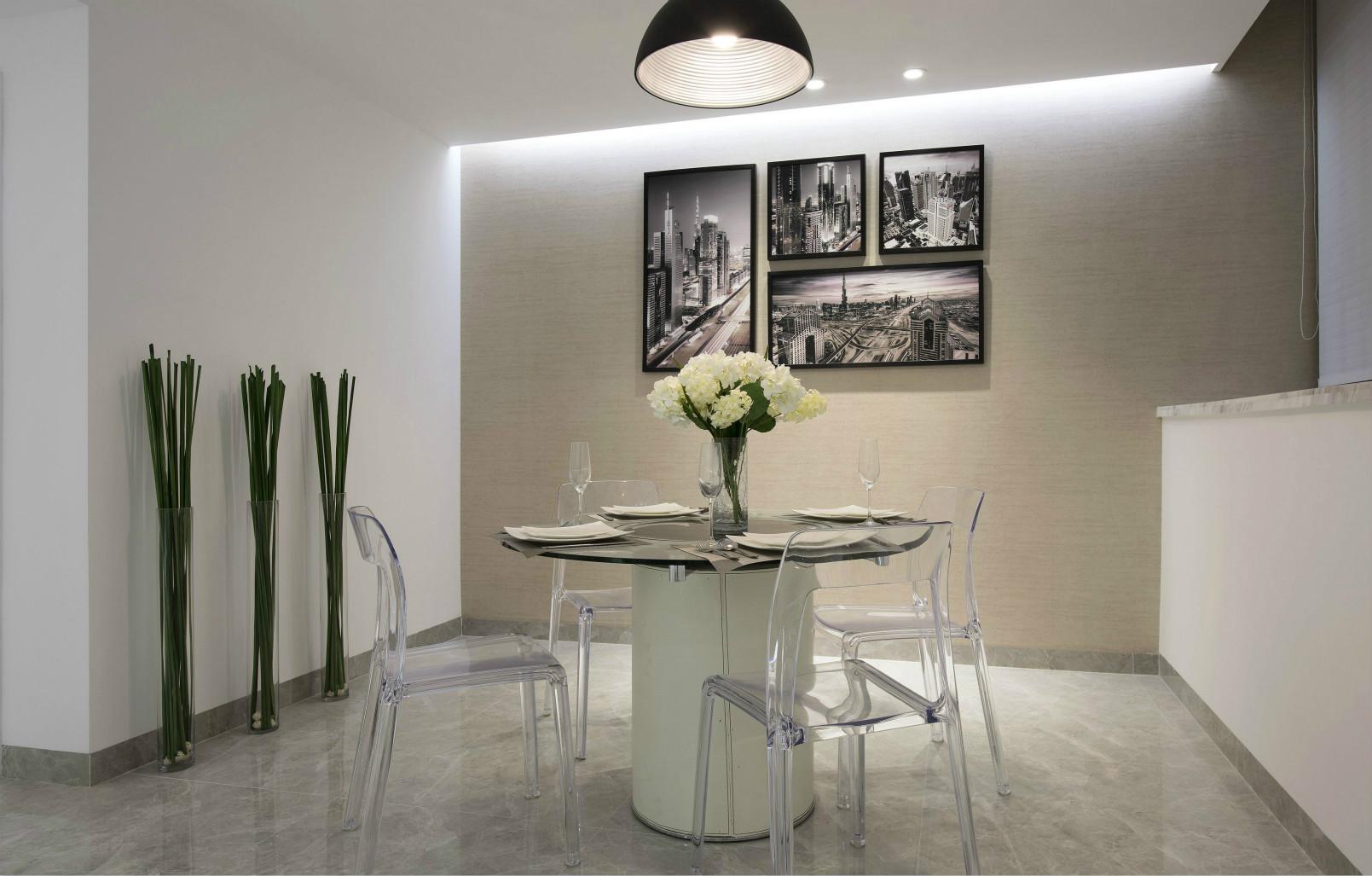 餐桌以玻璃为材质,简易的线条加上椅子透亮的质感,充满着现代的时尚感。
