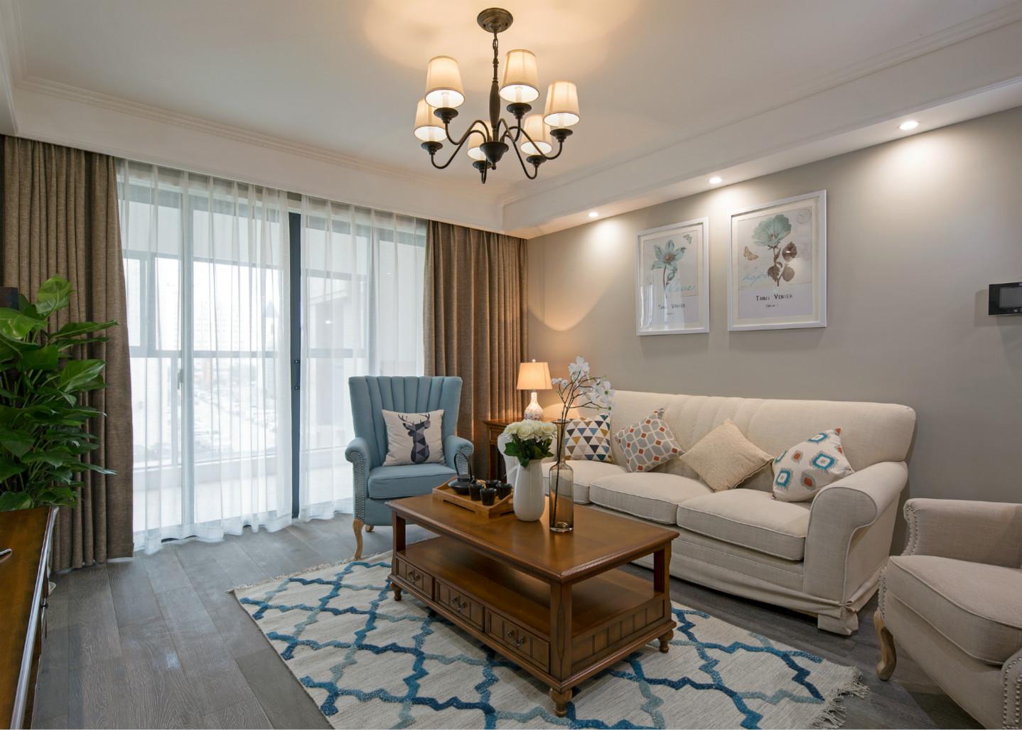 墙面、布艺沙发、窗帘、地毯均使用浅色系,给房子增加了些许干净与大气。