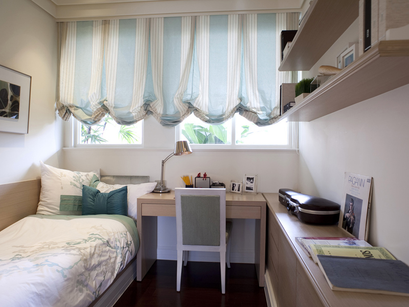 蓝白的窗帘有种把人带回夏日沙滩夜晚,感受习习清凉海风的感觉。