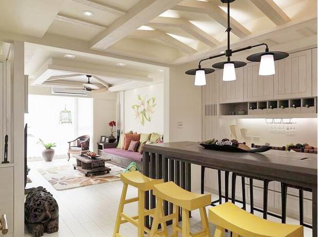 餐厅吊顶做成梁式的造型,营造出更加立体的空间感。