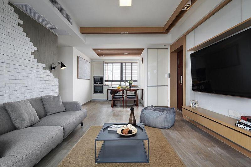 客厅与餐厅连在一起,空间有极高的通透性。