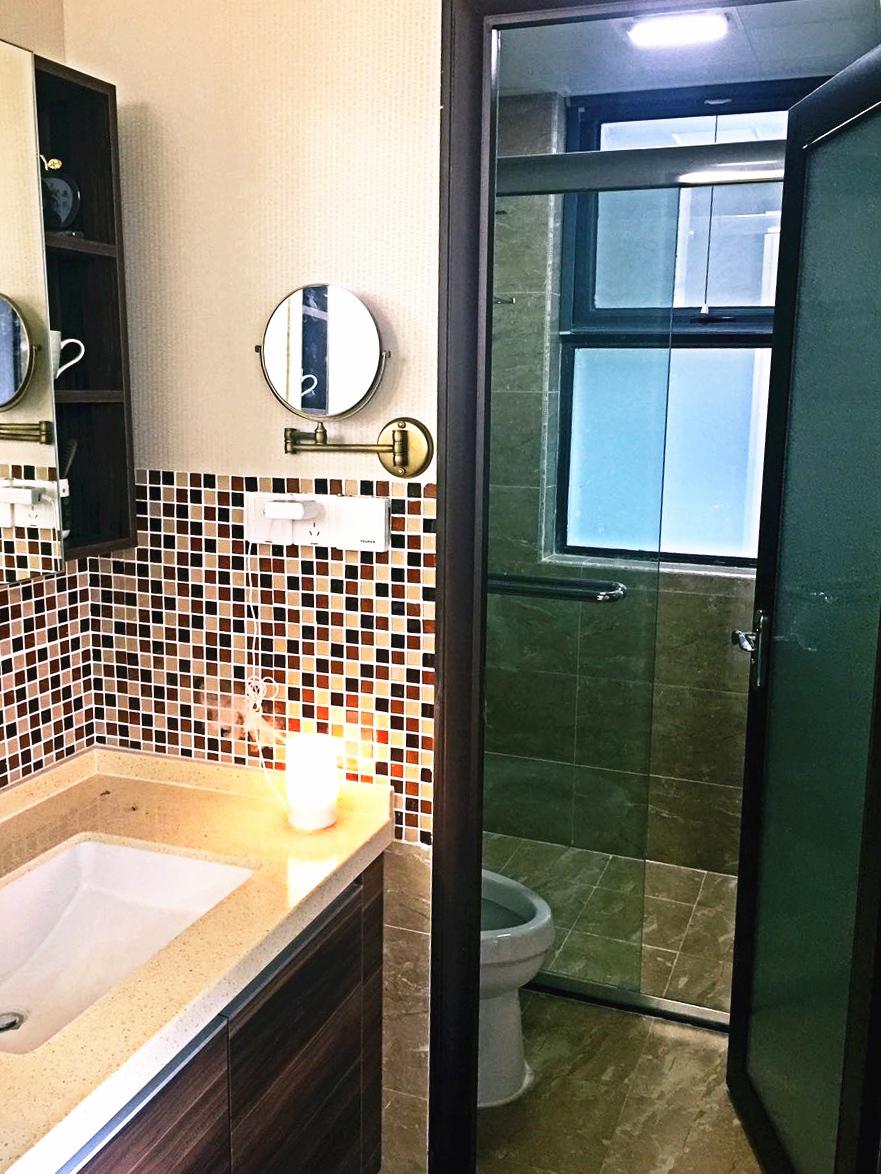 卫生间干湿分区,采用橱柜同系列浴室柜,和飘窗同款马赛克,处处交相呼应。