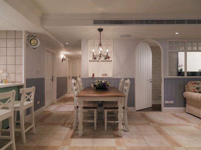 白色的木质餐桌,创意的水晶灯,让每一餐都变成享受。