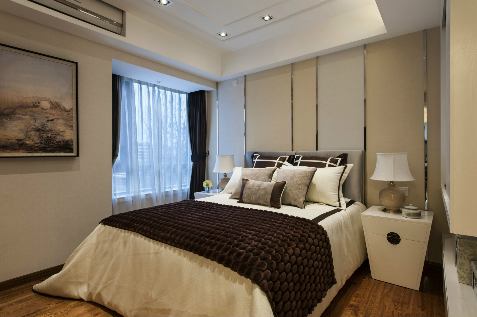 卧室中放置着清晰直线条大床,搭配上棕米两色床品,整个内敛雅致之感