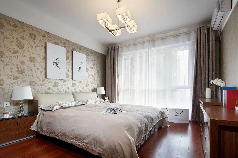 卧室两色床品,床头背景墙上则是挂置别致的挂画,很是大气