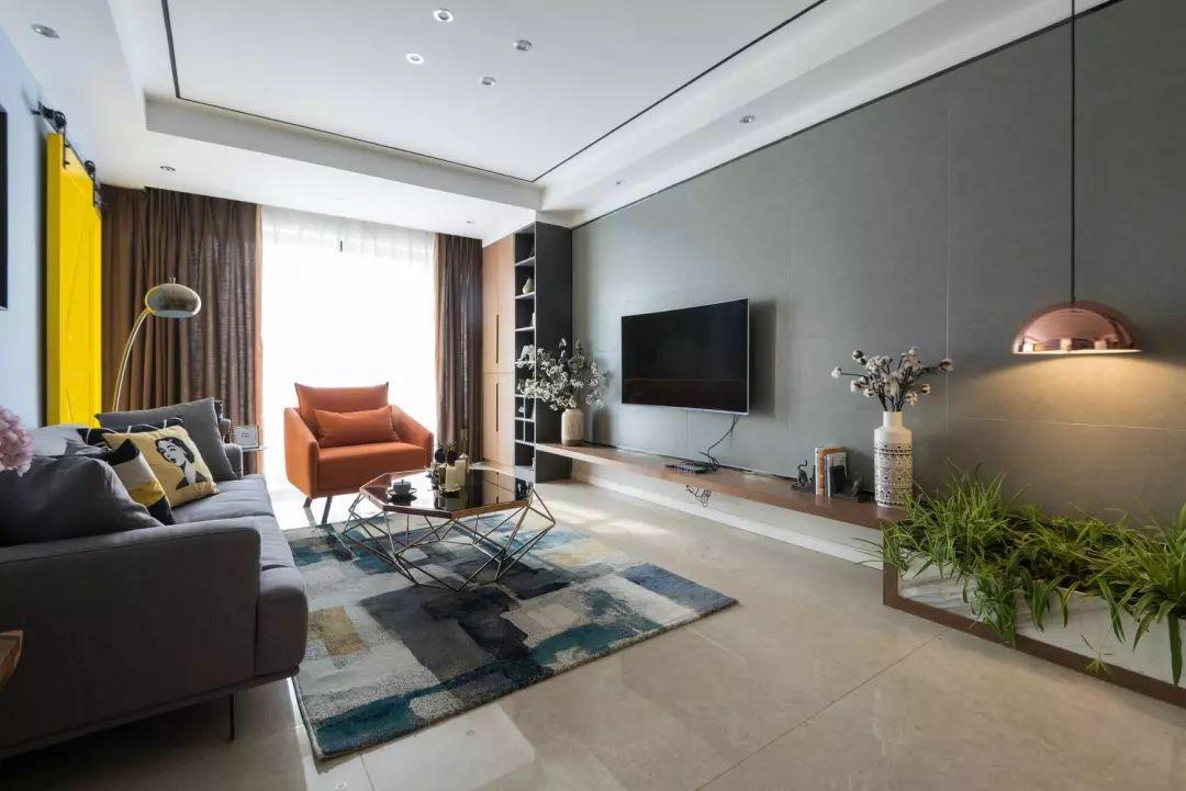 客厅地面通铺浅色瓷砖,蓝色乳胶漆墙面搭配亮黄色谷仓门,让空间形成强烈对比色,吸引人眼球。