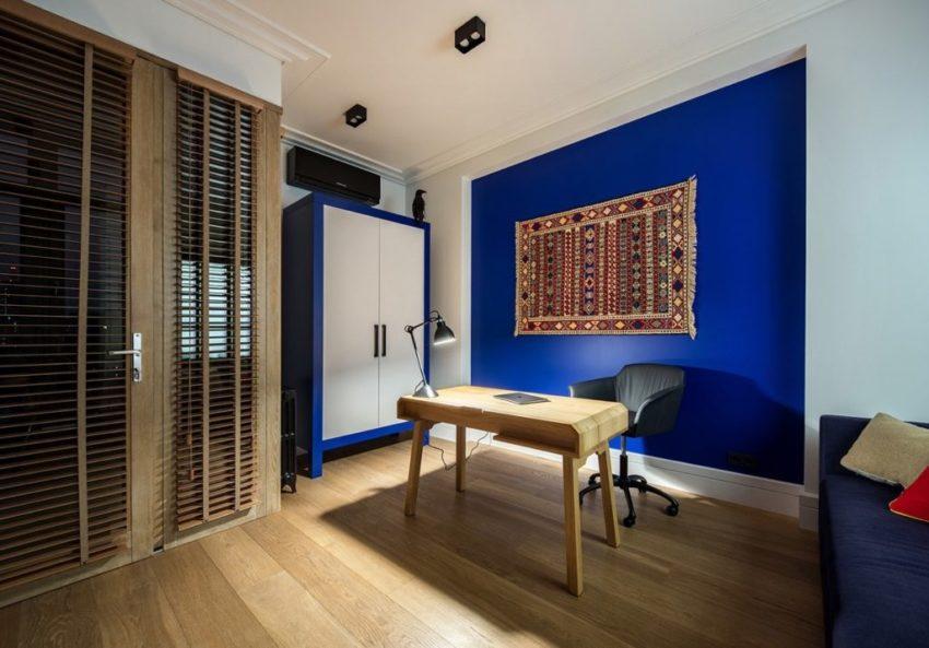 书房的空间也没有放过蓝与白的格调,简单的一张原木色的桌台就是书房主要构成。