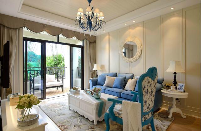 花纹地毯的铺设衬托了春的气息,蓝色吊灯与沙发相映成趣,整个空间色调协调一致。