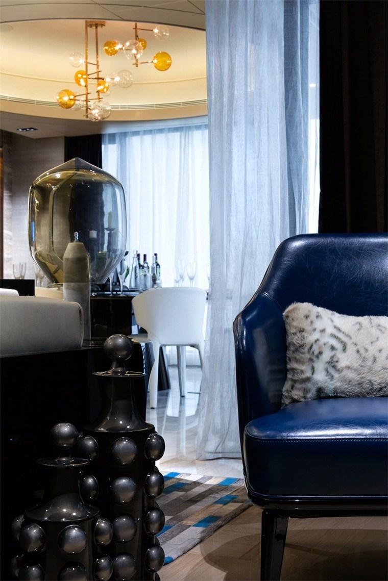 拥有沉稳气质的深蓝皮革单椅巧妙置于客厅之中,不仅能证明传统符号也能有时尚身段。