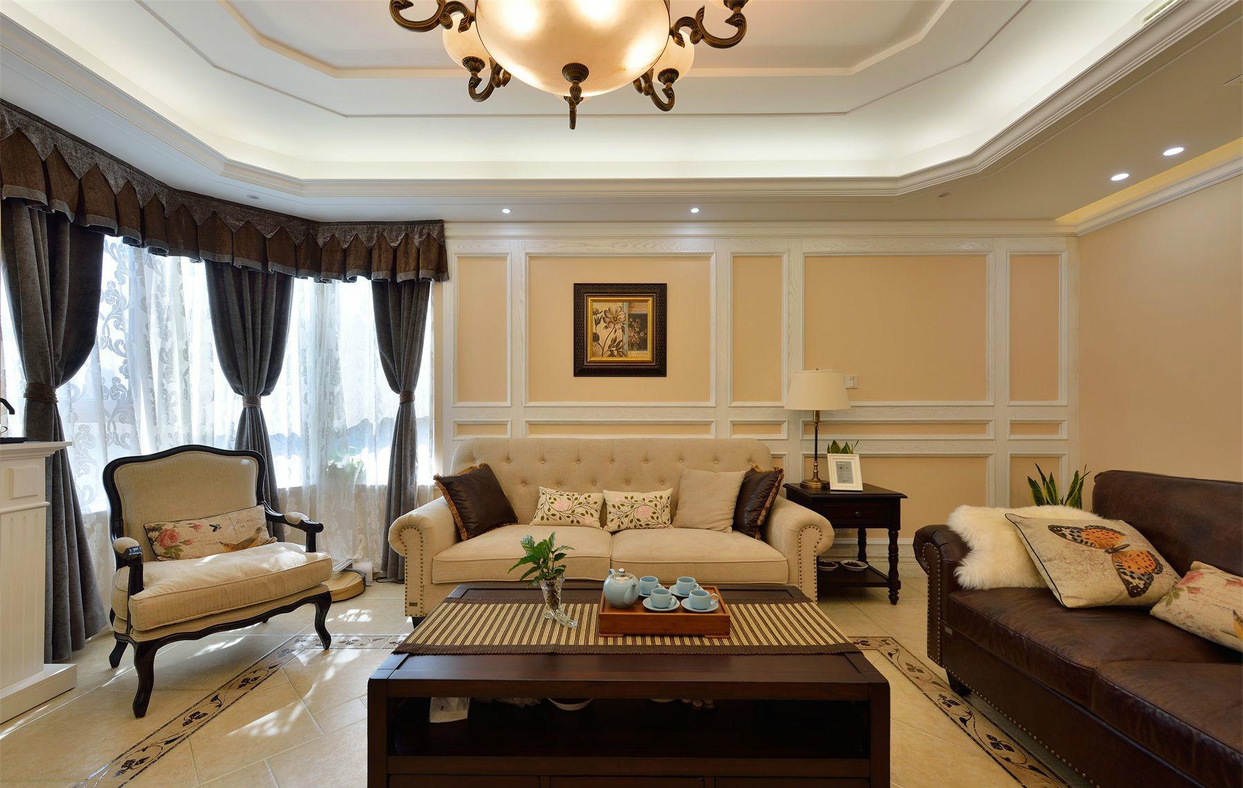 浅色的布艺沙发搭配彩色油画装饰很是别致