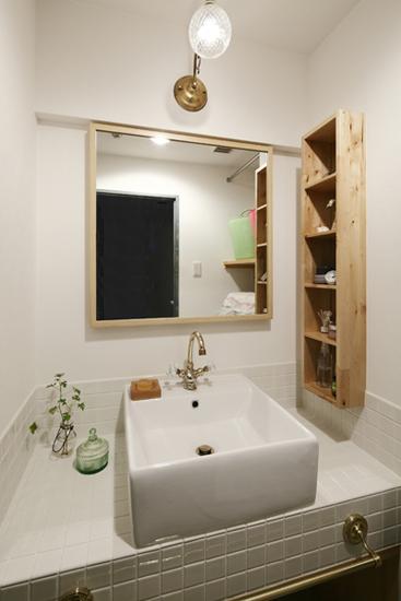 方形瓷砖的白色洗脸台,搭配金属水龙头,简约大方。