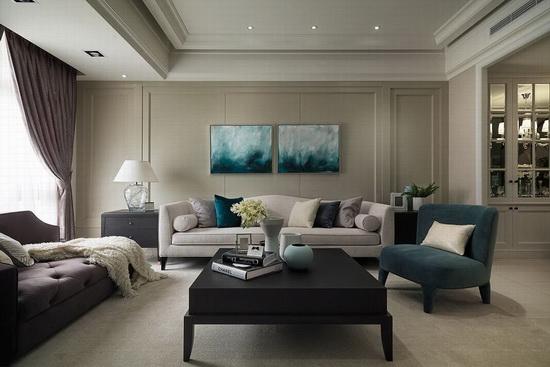 客厅以灰阶色调铺陈,并以简单的线板增加华丽感,再搭配蓝色软件使视觉上更加活泼。