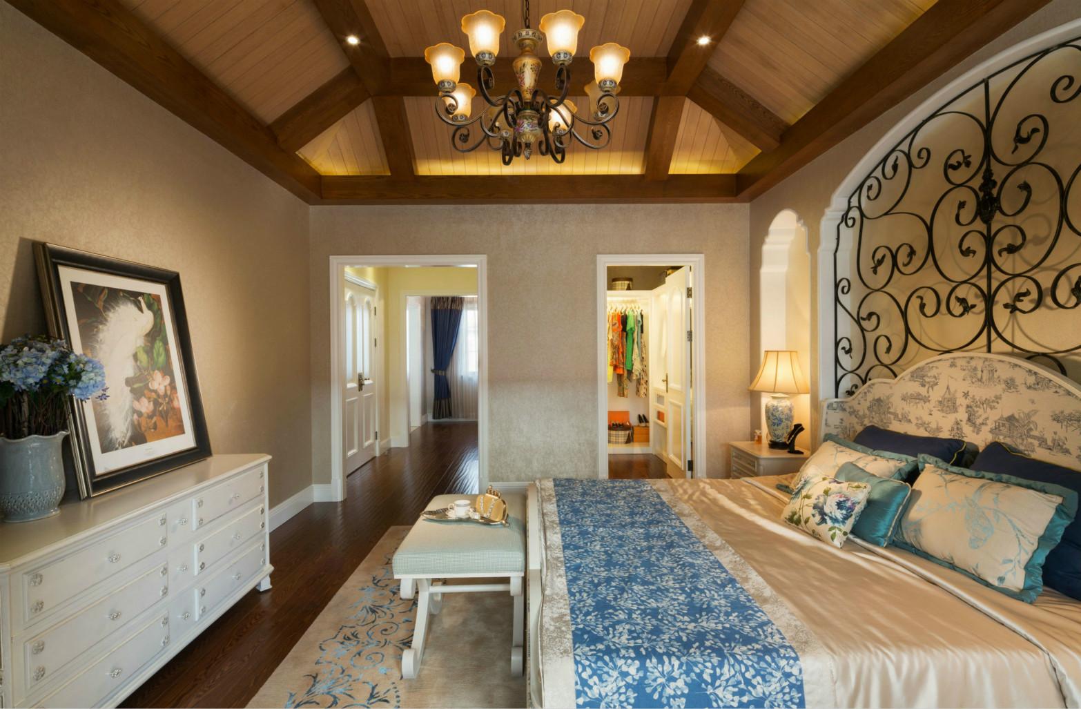 卧室的地面以木地板为铺就,美式床恰到好处的高度人坐卧都很舒适