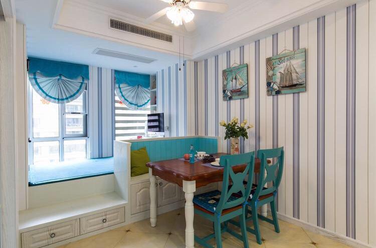 餐厅以木质餐桌以及木质蓝色的座椅为主,整体清新靓丽
