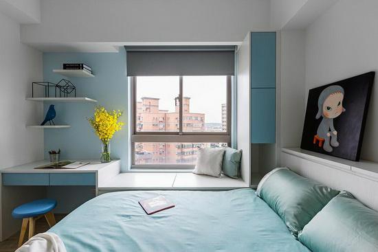 使用系统柜将书桌、卧榻与收纳柜作一体成型的设计,打造利落清爽的视觉感受。
