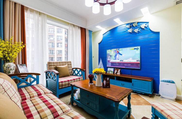 客厅装修设计和玄关的风格不一样,绿植和蓝色的电视墙背景,给居室注入了清爽的夏日气息。